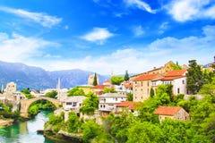 Alte Brücke der schönen Ansicht in Mostar auf dem Neretva-Fluss, Bosnien und Herzegowina Stockbilder