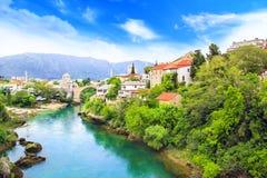 Alte Brücke der schönen Ansicht in Mostar auf dem Neretva-Fluss, Bosnien und Herzegowina Lizenzfreie Stockfotografie