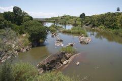 Alte Brücke, die einen Fluss in Malawi kreuzt Stockbild