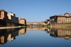 Alte Brücke in Florenz, wie von der Arno-Fluss gesehen Lizenzfreie Stockbilder