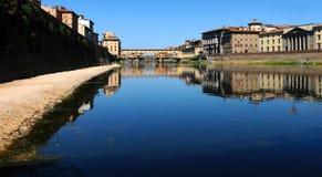 Alte Brücke in Florenz, wie von der Arno-Fluss gesehen Stockbilder