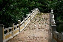 Alte Brücke gepflastert mit Steinen Stockfoto