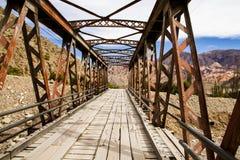 Alte Brücke hergestellt vom Holz und vom Eisen in einem Weg in den Bergen Stockbild
