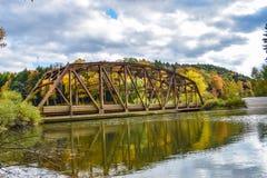 Alte Brücke im Herbst Stockfotos