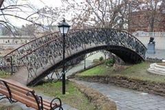 Alte Brücke im Park Stockbild