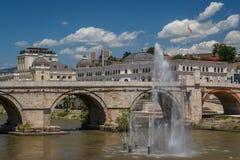 Alte Brücke im Stadtzentrum von Skopje stockbild