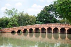 Alte Brücke ist eine gebogene Form im Allgemeinen Park Stockfotos