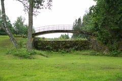 Alte Brücke, Seeverschlüsse und grünes Gras Stockbilder