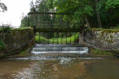 Alte Brücke, Seeverschlüsse und grünes Gras Stockfotografie
