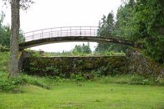Alte Brücke, Seeverschlüsse und grünes Gras Lizenzfreies Stockbild