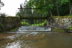 Alte Brücke, Seeverschlüsse und grünes Gras Lizenzfreie Stockbilder