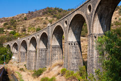 Alte Brücke in Sizilien Stockfotografie