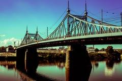 Alte Brücke in Tver-Stadt, Russland Die Wolga stockfotos