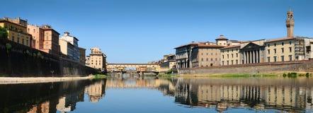 Alte Brücke und alter Palast in Florenz, wie von der Arno-Fluss gesehen Lizenzfreie Stockfotografie