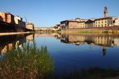 Alte Brücke und alter Palast in Florenz, wie von der Arno-Fluss gesehen Lizenzfreie Stockfotos
