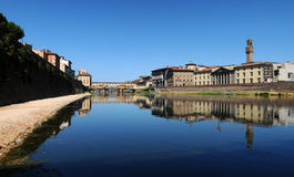 Alte Brücke und alter Palast in Florenz, wie von der Arno-Fluss gesehen Stockfotos