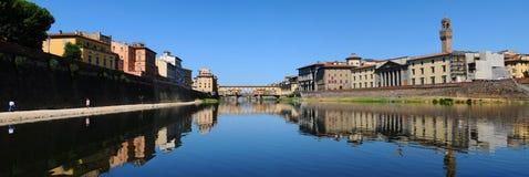 Alte Brücke und alter Palast in Florenz, wie von der Arno-Fluss gesehen Stockbilder
