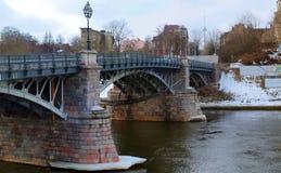 Alte Brücke und Fluss Lizenzfreies Stockfoto