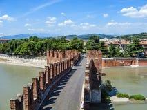 Alte Brücke in Verona über Adige-Fluss Stockbild
