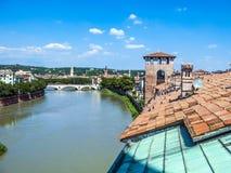 Alte Brücke in Verona über Adige-Fluss Stockfotos