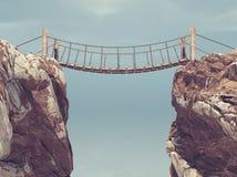 Alte Brücke vorbei zwischen zwei großen Felsen Lizenzfreies Stockfoto