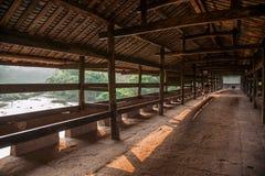 Alte Brückenbrücken Huaying-Flusses ---- Spielen Sie (Grenzbrücken) Brücken Plattform die Hauptrolle Stockfotografie
