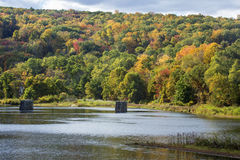 Alte Brückensäulen stehen im Farmington-Fluss, Collinsville, Lizenzfreies Stockbild