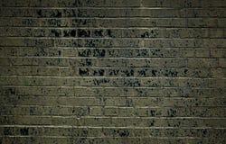 Alte braune Backsteinmauer mit schwarzen Flecken Stockbild