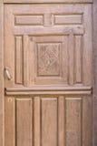 Alte braune erschöpfte religiöse verzierte Holztür Lizenzfreie Stockbilder