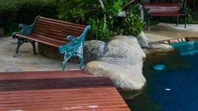 Alte braune hölzerne Planke auf Wasserhintergrund Stockbild