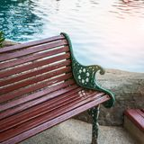 Alte braune hölzerne Planke auf Wasserhintergrund Stockfotografie