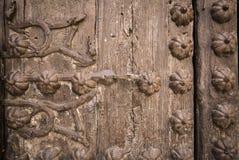 Alte braune Holztür mit metallischen Verzierungen Lizenzfreies Stockfoto