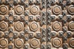 Alte braune Holztür mit metallischen Verzierungen Lizenzfreie Stockfotografie