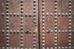 Alte braune Holztür mit sternförmigen metallischen Verzierungen Stockfotos