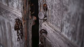 Alte braune Tür Tür der alten Scheune mit Eisen auf ihm stock video