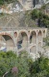 Alte Brücke des Steinbruchmarmors in Italien Stockfotos