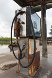 Alte Brennstoffstation durch den Fluss Stockbild