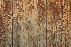 Alte Bretter mit gebrochener rostiger Farbe Strukturierter hölzerner alter Hintergrund mit vertikalen Linien Stockfoto