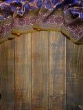 Alte Bretter und Gewebe mit traditionellen Ostverzierungen Paisley Stockfoto