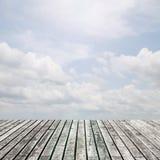 Alte Bretterbodenplattform auf Ansichtnaturhintergrund Lizenzfreie Stockfotografie