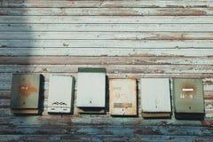 Alte Briefkästen auf einer Wand Stockbild
