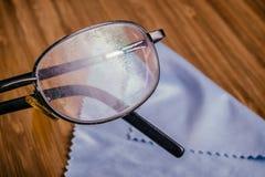 Alte Brille mit vielen verkratzt Lizenzfreie Stockfotografie