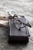 Alte Brillen auf dem Holztisch Stockbilder