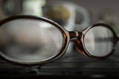 Alte Brillen auf Tabelle lizenzfreies stockfoto