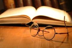 Alte Brillen und Bücher Stockfoto