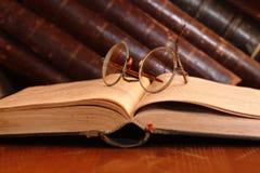 Alte Brillen und Bücher Stockbilder