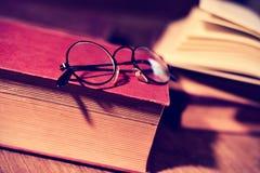 Alte Brillen und Bücher, gefiltert Lizenzfreie Stockfotos