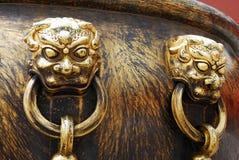 Alte Bronzelöwen als Griff des Bottichs Lizenzfreie Stockbilder