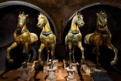 Alte Bronzepferde innerhalb der Basilika San Marco, Venedig Lizenzfreies Stockfoto