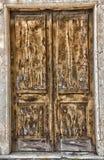 Alte Brown-Tür auf Nebenstraße lizenzfreies stockbild